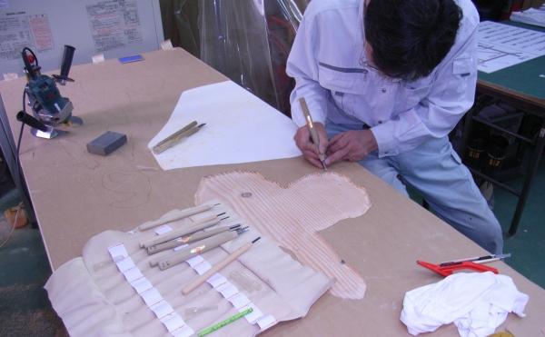 ハンドマシーン(後方)と手彫りの併用でハネ・かすれ・にじみも表現